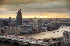 Stad av London panorama, på solnedgången Royaltyfri Foto