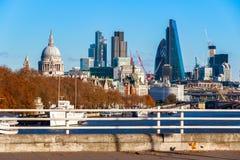 Stad av London som ses från den Waterloo bron Arkivfoto