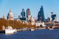 Stad av London som ses från den Waterloo bron arkivfoton