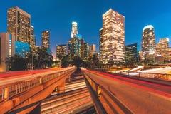 Stad av Los Angeles Kalifornien med ljusa slingor Arkivbild