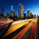 Stad av Los Angeles Kalifornien på solnedgången med ljusa slingor Royaltyfria Foton