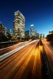 Stad av Los Angeles Kalifornien på solnedgången med ljusa slingor Royaltyfri Foto
