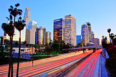 Stad av Los Angeles som är i stadens centrum på solnedgången med ljusa slingor Arkivfoton