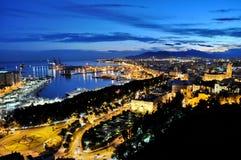 Stad av Malga vid natt Arkivbild