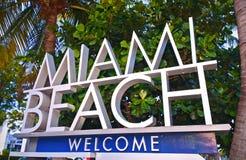 Stad av Miami Beach Florida det välkomna tecknet med palmträd
