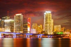 Stad av Miami Florida, färgrik nattpanorama royaltyfria foton