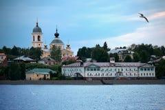 Stad av Myshkin på banker av floden Volga, Ryssland Arkivbild