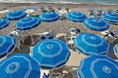 Stad av Nice - strand med paraplyer Royaltyfri Foto