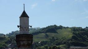 Stad av Novi Pazar och moské, sidosikt från över lager videofilmer