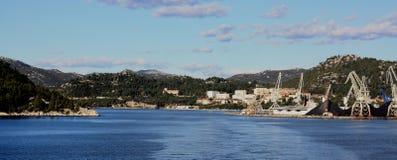 Stad av Ploce med sikt för lasthamnavstånd Arkivfoto