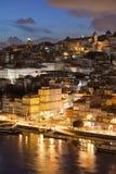 Stad av Porto i Portugal vid natt Arkivfoton