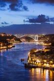 Stad av Porto vid den Douro floden på natten i Portugal Arkivfoto