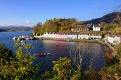 Stad av Portree, ö av Skye, Skottland Royaltyfri Bild
