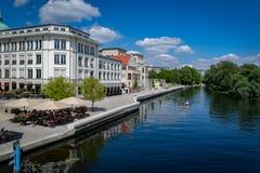 Stad av Potsdam, Tyskland, med folk som tycker om i ett kaffe i en sommareftermiddag royaltyfri fotografi