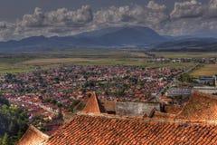 Stad av RaÅŸnov från den Rasnov citadellen Royaltyfria Bilder