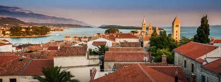 Stad av Rab, på en ö Rab i Kroatien arkivfoton