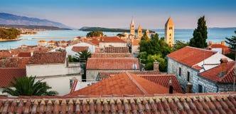 Stad av Rab, på en ö Rab i Kroatien arkivbild