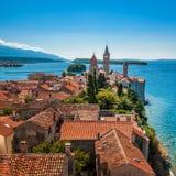Stad av Rab, på en ö Rab i Kroatien royaltyfri foto