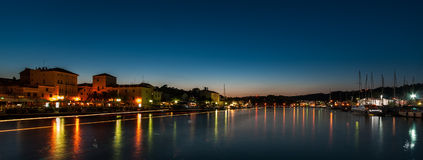 Stad av Rab under blå timme Royaltyfri Fotografi