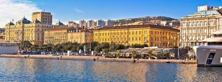 Stad av Rijeka strandfartyg och arkitekturpanoramautsikten Arkivbilder