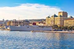 Stad av Rijeka strandfartyg och arkitekturpanoramautsikten Royaltyfri Bild