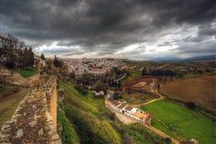 Stad av Ronda, Andalusia, Spanien på ett stormigt väder Royaltyfria Bilder
