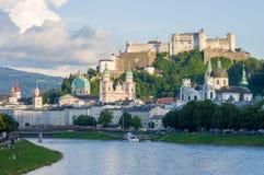 Stad av Salzburg med den berömda Festung Hohensalzburg och Salzach floden royaltyfri bild