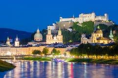 Stad av Salzburg med den berömda Festung Hohensalzburg och Salzach floden royaltyfri foto