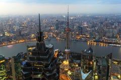Stad av Shanghai på skymning, Kina Arkivfoton