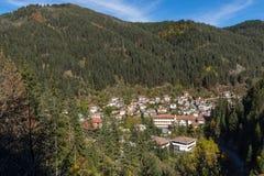 Stad av Shiroka Laka och Rhodope berg, Smolyan region, Bulgarien royaltyfri bild
