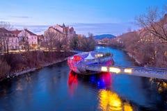 Stad av sikten för afton för för Graz Mur-flod och ö arkivfoto
