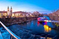 Stad av sikten för afton för för Graz Mur-flod och ö fotografering för bildbyråer