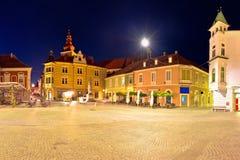 Stad av sikten för afton Ptuj den historiska för huvudsaklig fyrkant panorama- royaltyfri bild