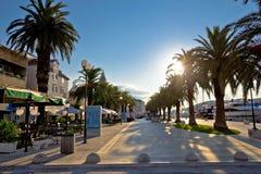 Stad av sikten för Trogir strandsoluppgång Arkivbild