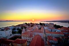 Stad av sikten för Zadar horisontsolnedgång royaltyfri bild