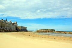 Stad av St Malo och strand Brittany France Royaltyfri Bild