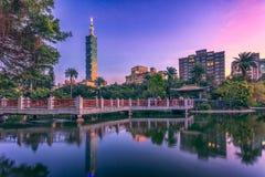 Stad av Taipei på natten Royaltyfri Bild