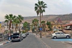 Stad av Tiberias liv på gatorna: folk bilar på gatan Arkivfoto