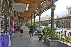 Stad av Tiberias liv på gatorna: folk bilar på gatan Arkivfoton