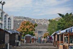 Stad av Tiberias liv på gatorna: folk bilar på gatan Arkivbilder