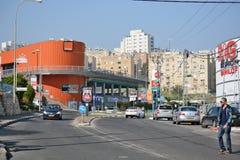 Stad av Tiberias liv på gatorna: folk bilar på gatan Fotografering för Bildbyråer
