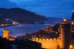 Stad av Tossa de Mar vid natt på Costa Brava Royaltyfri Bild