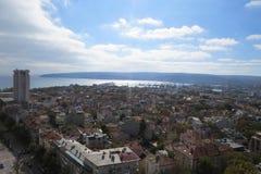 Stad av Varna, Bulgarien som ses från över Flygbild med Blacket Sea bakom Royaltyfria Foton