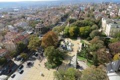 Stad av Varna, Bulgarien som ses från över Flygbild med Blacket Sea bakom Royaltyfria Bilder