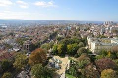 Stad av Varna, Bulgarien som ses från över Flygbild med Blacket Sea bakom Arkivfoto
