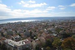 Stad av Varna, Bulgarien som ses från över Flygbild med Blacket Sea bakom Royaltyfri Bild