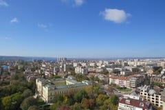 Stad av Varna, Bulgarien som ses från över Flygbild med Blacket Sea bakom Royaltyfri Foto