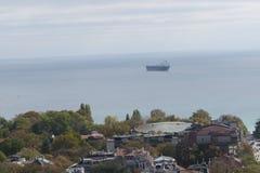 Stad av Varna, Bulgarien som ses från över Flygbild med Blacket Sea bakom Arkivfoton