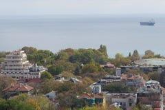 Stad av Varna, Bulgarien som ses från över Flygbild med Blacket Sea bakom Arkivbilder