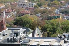 Stad av Varna, Bulgarien som ses från över Flygbild med Blacket Sea bakom Fotografering för Bildbyråer